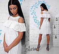 Женское платье в белом цвете с открытыми плечами