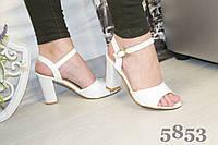 Босоножки белые лаковые на каблуке