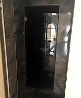 Душевая дверь из серого стекла