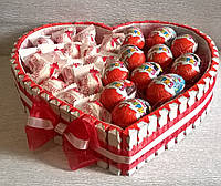 """Композиция из конфет, яиц-сюрпризов  и шоколадок  """"Kinder"""" """"Подарок сладкоежке"""""""
