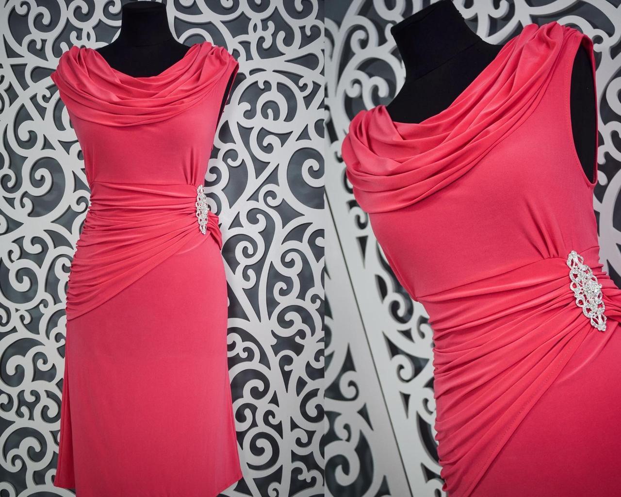"""Красивое женское платье коралл с брошью ткань """"Масло"""" 50, 52, 54 размеры батал"""