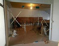 Стеклянная перегородка с маятниковой дверью и фрамугой из закаленного стекла