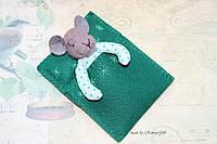 Карманная игрушка мышка сплюшка в пижаме ручной работы в зеленой кроватке
