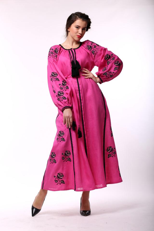 Льняное розовое платье с вышивкой из роз