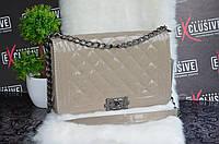 Стильная сумка Шанель серо-бежевая, лаковая.