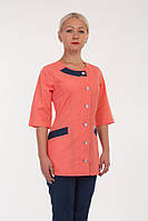 Оригинальный медицинский костюм на пуговицах с яркой персиковой кофтой на короткий рукав