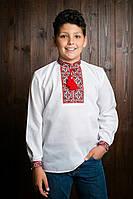 Модная детская вышитая рубашка белого цвета с красным орнаментом