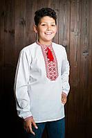 Вышитая красными ниткаи рубашка с манжетами и помпонами на мальчика