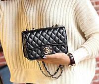 Женская сумка классическая черная на цепочке в стиле бренда