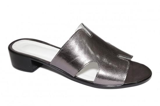 Шлепанцы женские кожаные на небольшом каблуке, цвет платина.