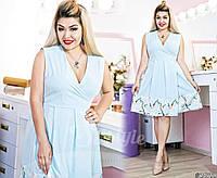 Шикарное приталенное платье с декольте, по низу платье окантовка в цветочный принт.