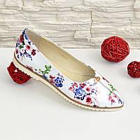 Женские кожаные туфли-балетки на низком ходу, с заостренным носком, декорированы фурнитурой.