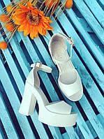 Женские кожаные белые босоножки на высоком каблуке.