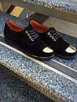 """Классические женские туфли """"Fashion"""" замшевые, чёрного цвета , без каблука с металлической фурнитурой"""