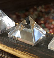 Пирамидка из горного хрусталя 1,5 * 1,5 см.  хрустальная пирамидка, фото 1