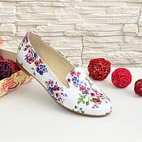 Женские туфли-мокасины на низком ходу, из натуральной кожи с цветочным принтом.