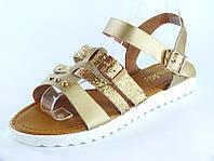 Женские золотистые босоножки-сандалии на низком ходу, на белой тракторной подошве