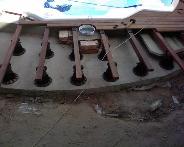 Начало стандартное, выравнивание поверхности и установка лаг.