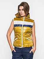 Женская спортивная жилетка из водоотталкивающей ткани на синтепоне с карманами, съемным капюшом 9094