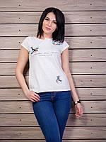 Нежная воздушная женская футболка с принтом и кнопками на спинке