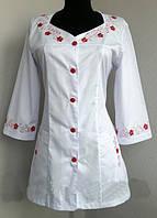 Красивый медицинский женский костюм, украшенный яркой вышивкой.