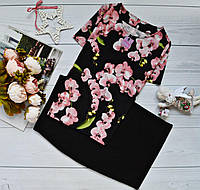Костюм: блуза короткий рукав с ярким принтом: орхидея на черном + юбка черная миди