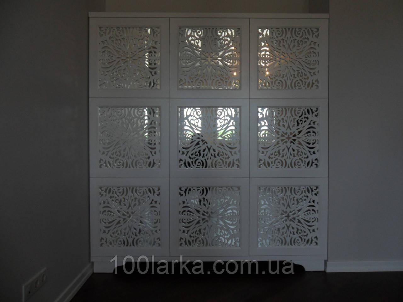 Шкаф деревянный, фасад зеркало с декоративной резьбой.