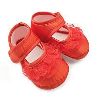 Нарядные красные пинетки для малышки.