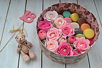 Композиция из конфет и пирожных в красивой коробке