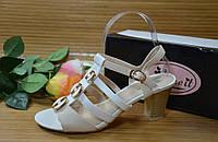 Босоножки на небольшом каблуке AIMELT white, р.39