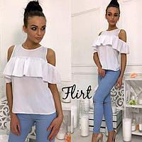 Белая блуза с воланом на груди
