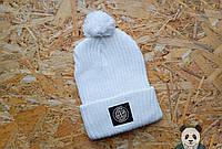 Стильная молодежная шапка белая с бубоном