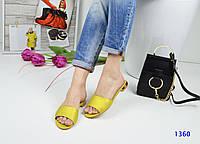 Женские яркие оригинальные шлепки на квадратном каблуке, в золотисто-солнечном цвете