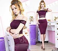 Образ состоит из эластичного кружевного топа спадающего с плеч. Идеальное сочетание создает юбка-карандаш.