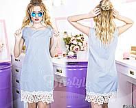 Удобное платье прямого кроя с кружевной отделкой. Модель голубого цвета в мелкий полосатый принт.