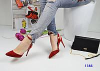 Изящные красные женские босоножки с ремешком вокруг ножки.