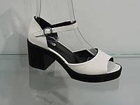 Стильные женские кожаные босоножки на каблуке с закрытой пяткой