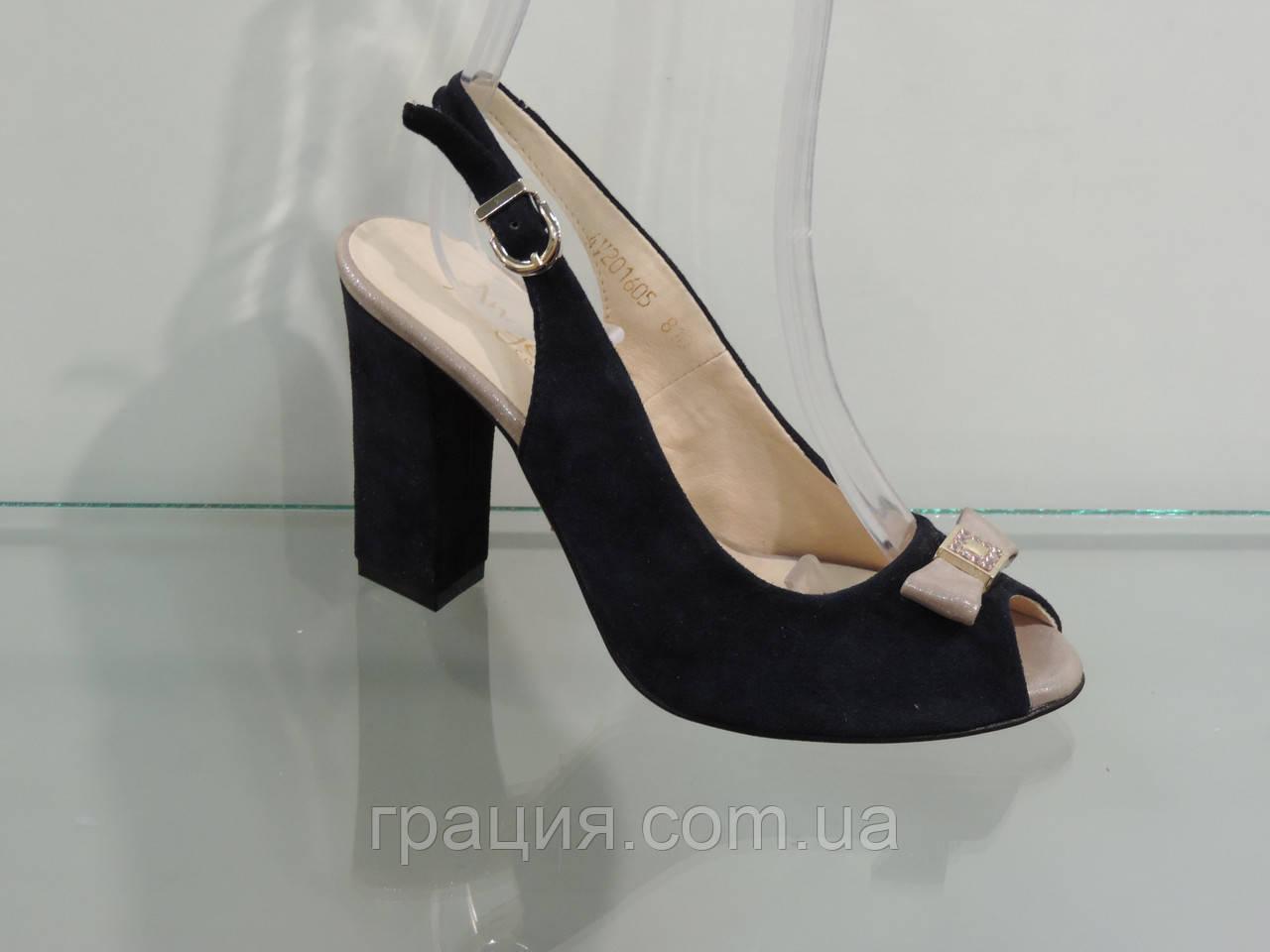 Женские красивые замшевые босоножки на каблуке
