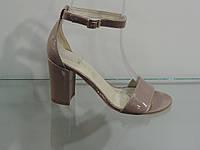 Модные босоножки на не высоком каблуке
