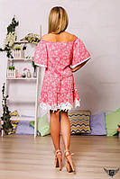 Коротенькое платье с кружевом и открытыми плечами розовый