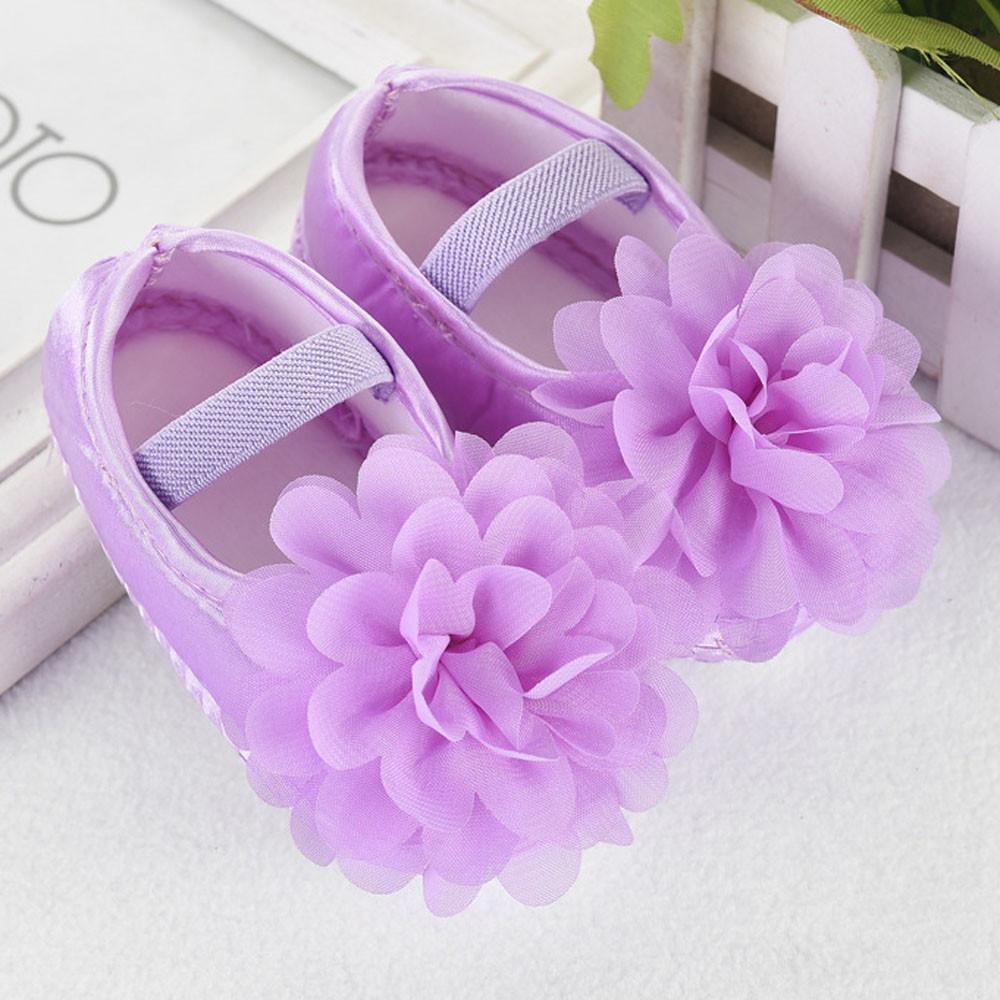 Атласные пинетки для девочки с цветком из шифона 11 см