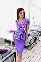 Стильный костюм, однотонная юбка, кофта с коротким рукавом и ярким принтом. Талию украшает пояс в тон юбки.