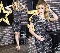 Элегантное платье-футляр из кружева создает изысканный, женственный образ.