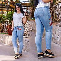 Женские зауженные джинсы с вышивкой