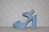 Босоножки женские лаковые на толстом каблуке голубые