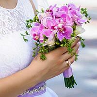 Букет невесты из сиреневой орхидеи и белой фрезии