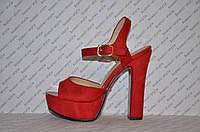 Босоножки замшевые на толстом устойчивом каблуке красные