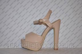 Босоножки лаковые бежевые на каблуке стильные
