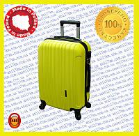 Малый пластиковый чемодан на четырёх колёсах
