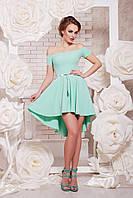 Красивое зеленое женское облегающее платье с открытыми плечами с расклешенной юбкой
